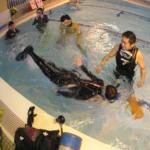 まずはプールでダイビング器材の使い方を身につけましょう