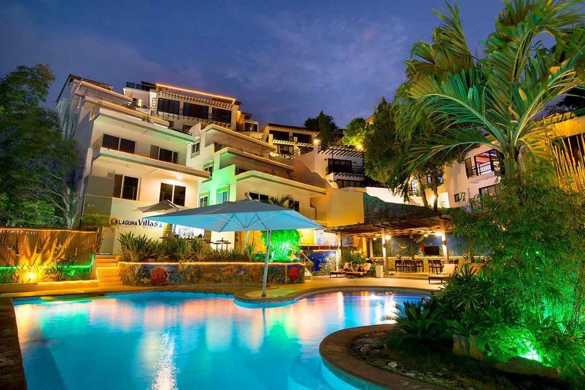 Lalaguna Villas リゾート外観 中庭のプールから